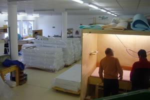 Produkcja naszych materacy, odbywająca się w miejscowości Sulzberg w Austrii, to stosunkowo powolny proces z uwagi na stosowanie nietoksycznych klejów spożywczych, które schną wiele dni.