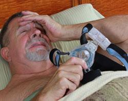 Mężczyzna cierpiący na bezdech senny