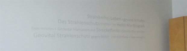 Oznaczenia na ścianach sypialni w hotelu zabezpieczonym przed promieniowaniem za pomocą rozwiązań firmy GEOVITAL