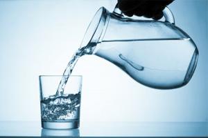 Picie zdrowej wody to konieczność! (©123rf.com)