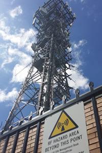 Promieniowanie o częstotliwości radiowej może pochodzić z bardzo odległego źródła, jak również zza sąsiednich drzwi.