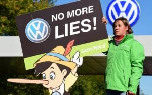 Demonstrant z Greenpeace przed siedzibą Volkswagena w Wolfsburgu w związku ze skandalem dotyczącym manipulowania wynikami pomiarów emisji spalin. Źródło zdjęcia: Getty.